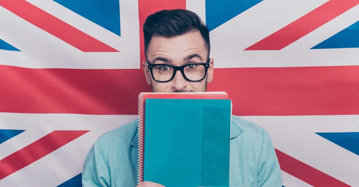 Imagem de um garoto com livros na mão e a bandeira inglesa ao fundo