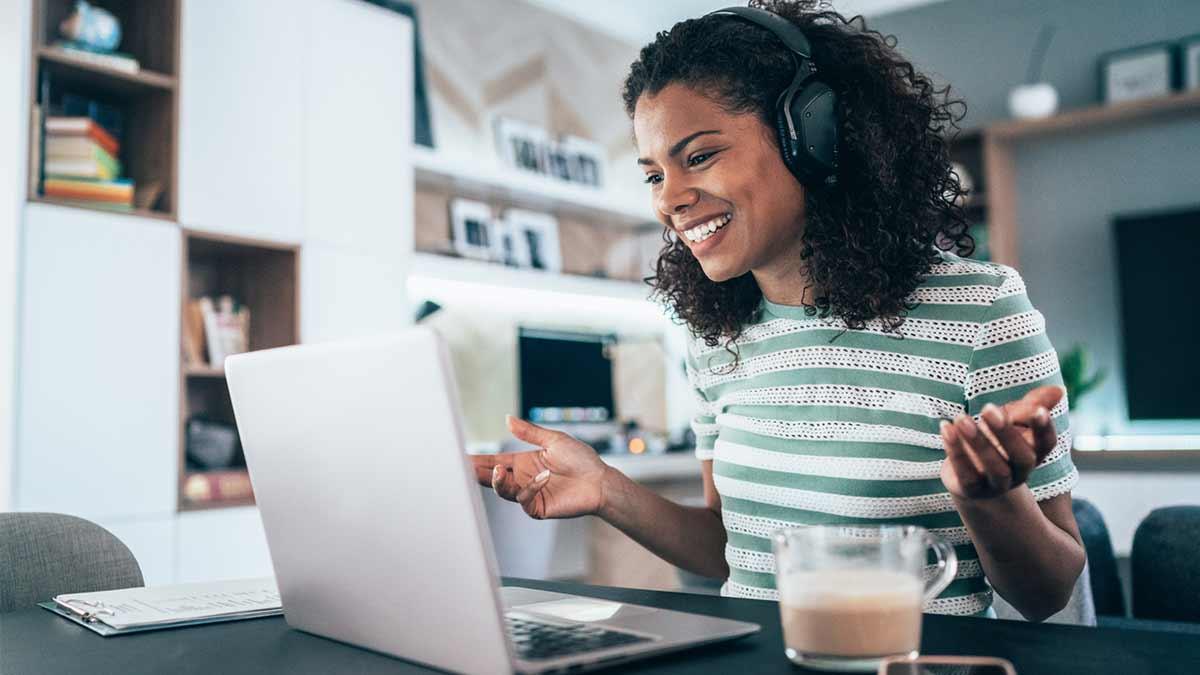 Mulher estudando inglês com computador e cadernos