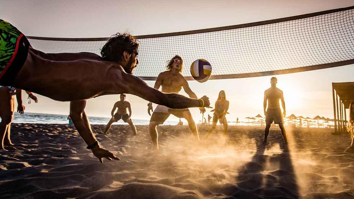 Homens jogando vôlei de praia