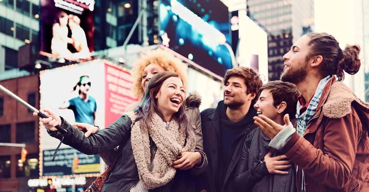 Grupo de amigos tirando uma selfie em Nova York