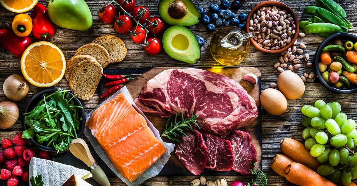 Diversos tipos de comida espalhados em uma mesa