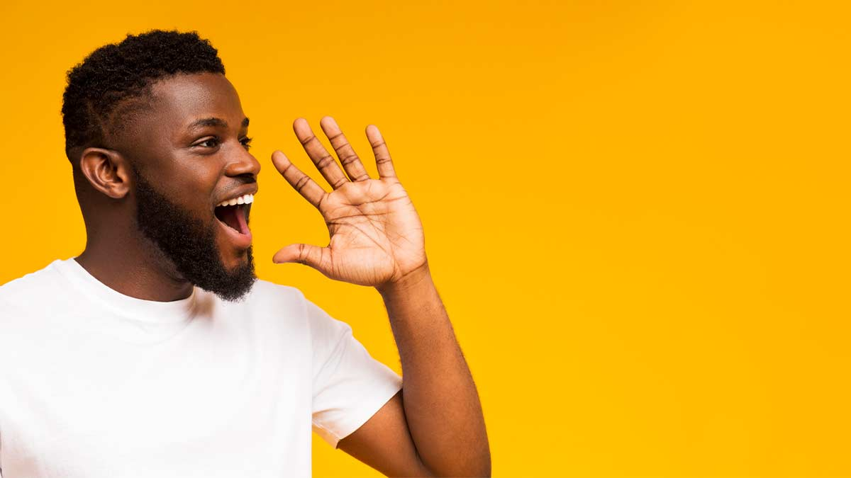 Homem jovem falando gírias em espanhol em um fundo amarelo