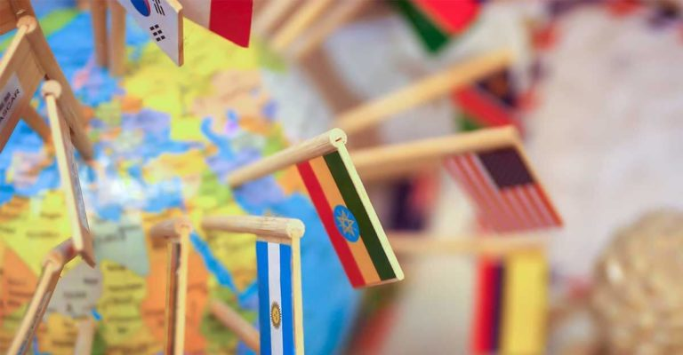 Globo com diversas bandeiras de países espetadas nele