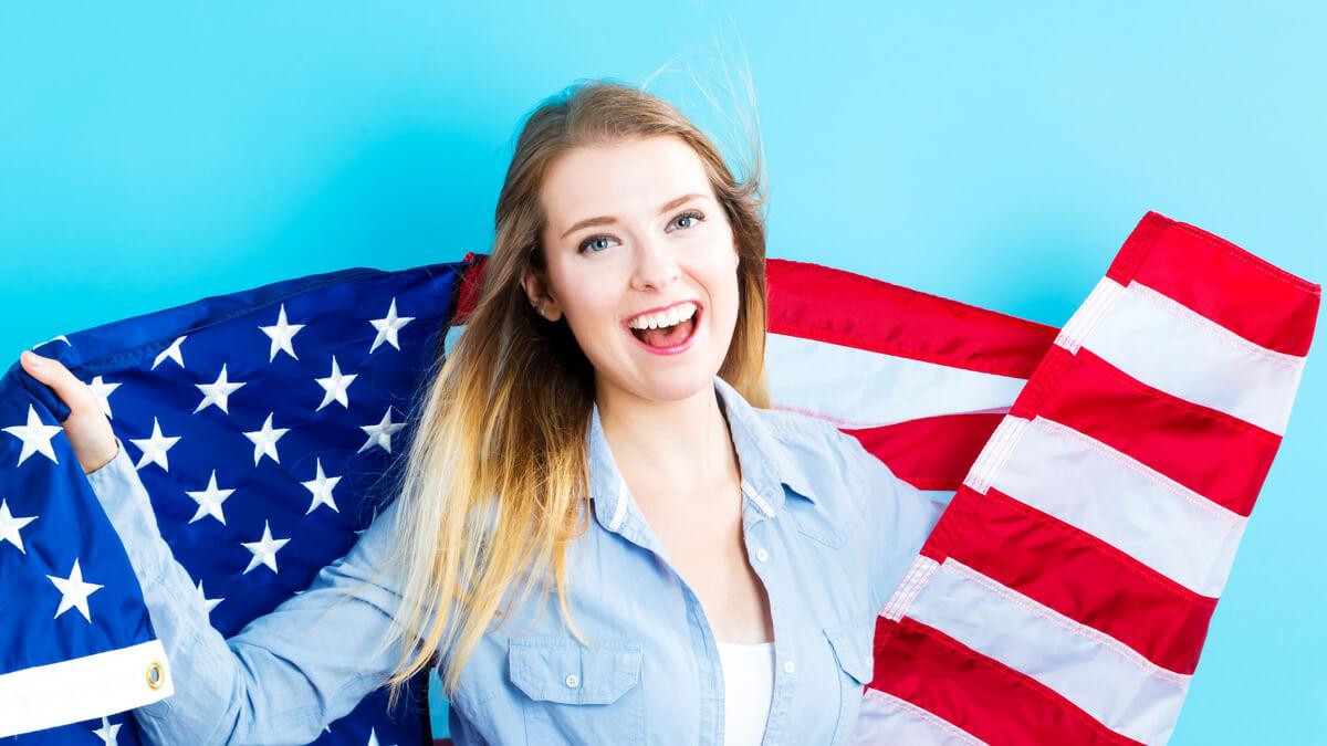 there is e there are menina com bandeira dos Estados Unidos