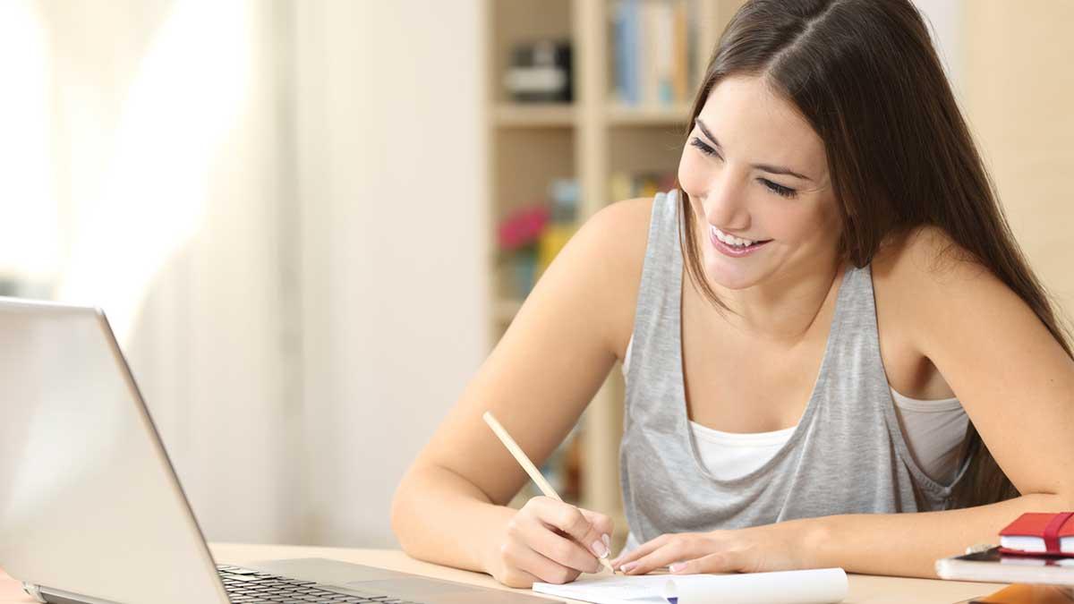 Garota com um caderno estudando inglês