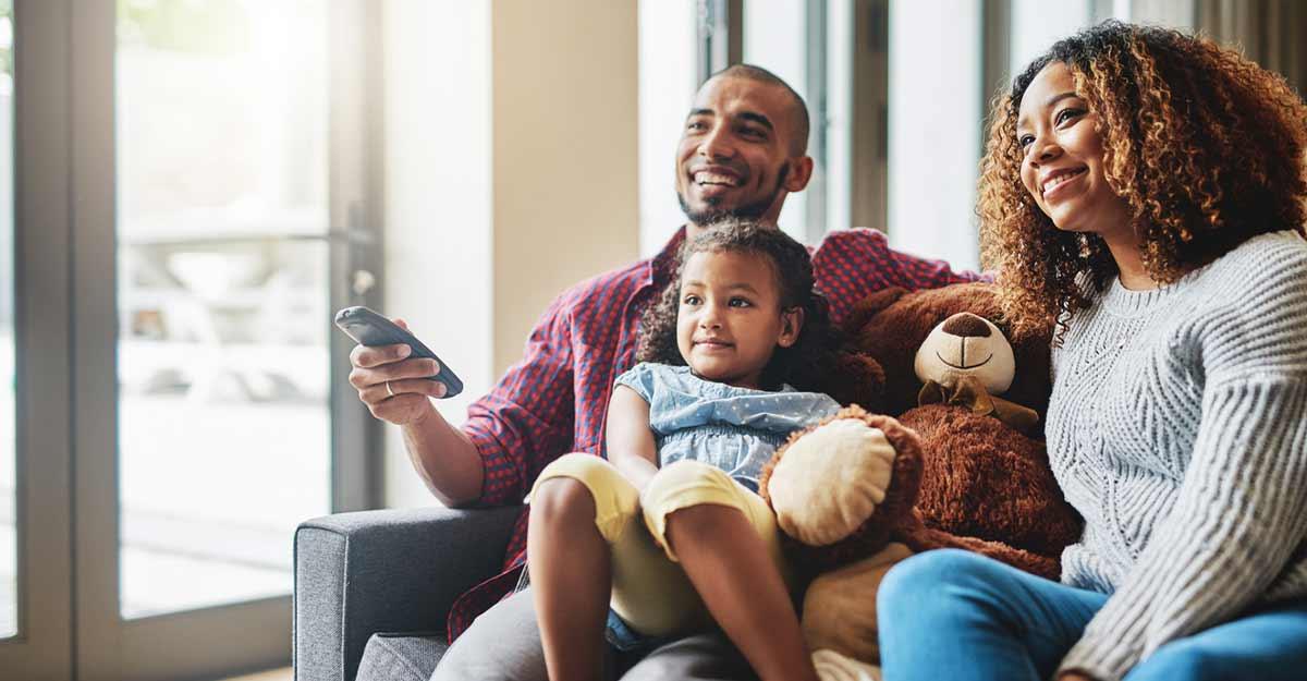Família no sofá assistindo desenhos animados