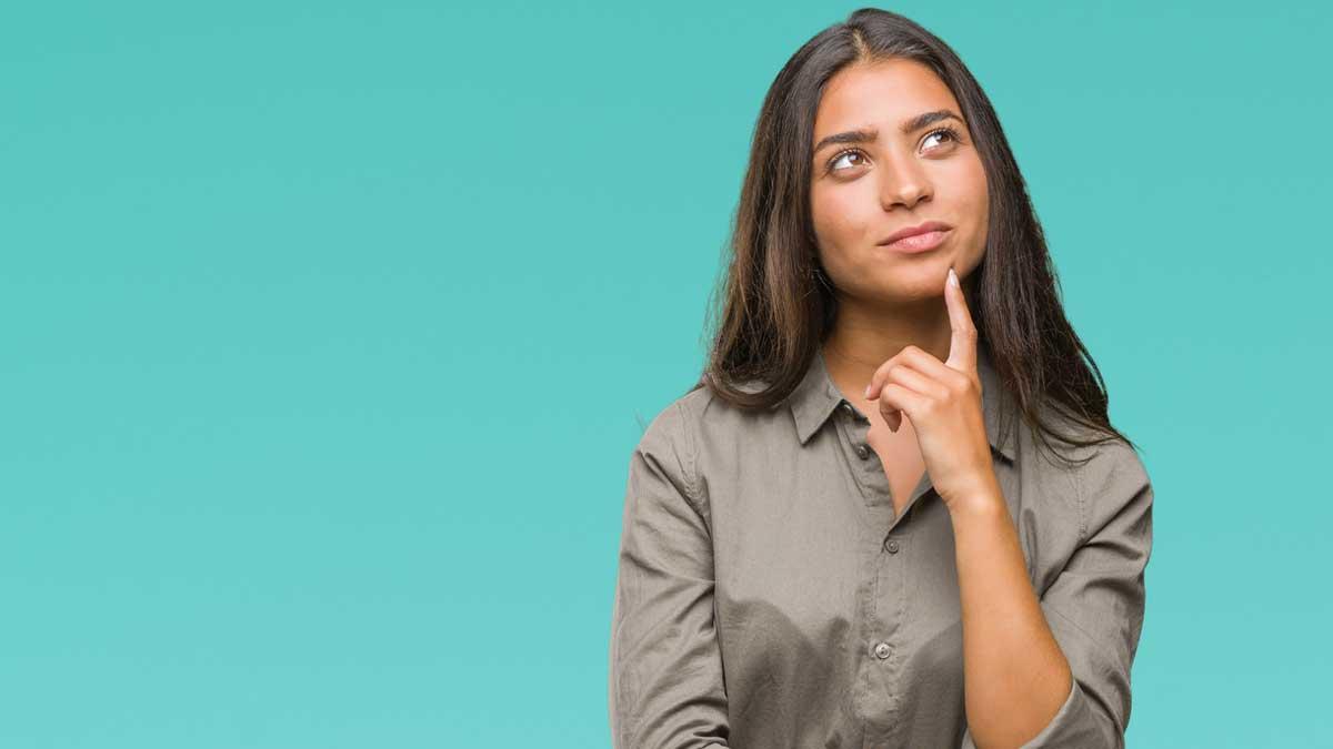 Mulher jovem com expressão de dúvida em fundo azul