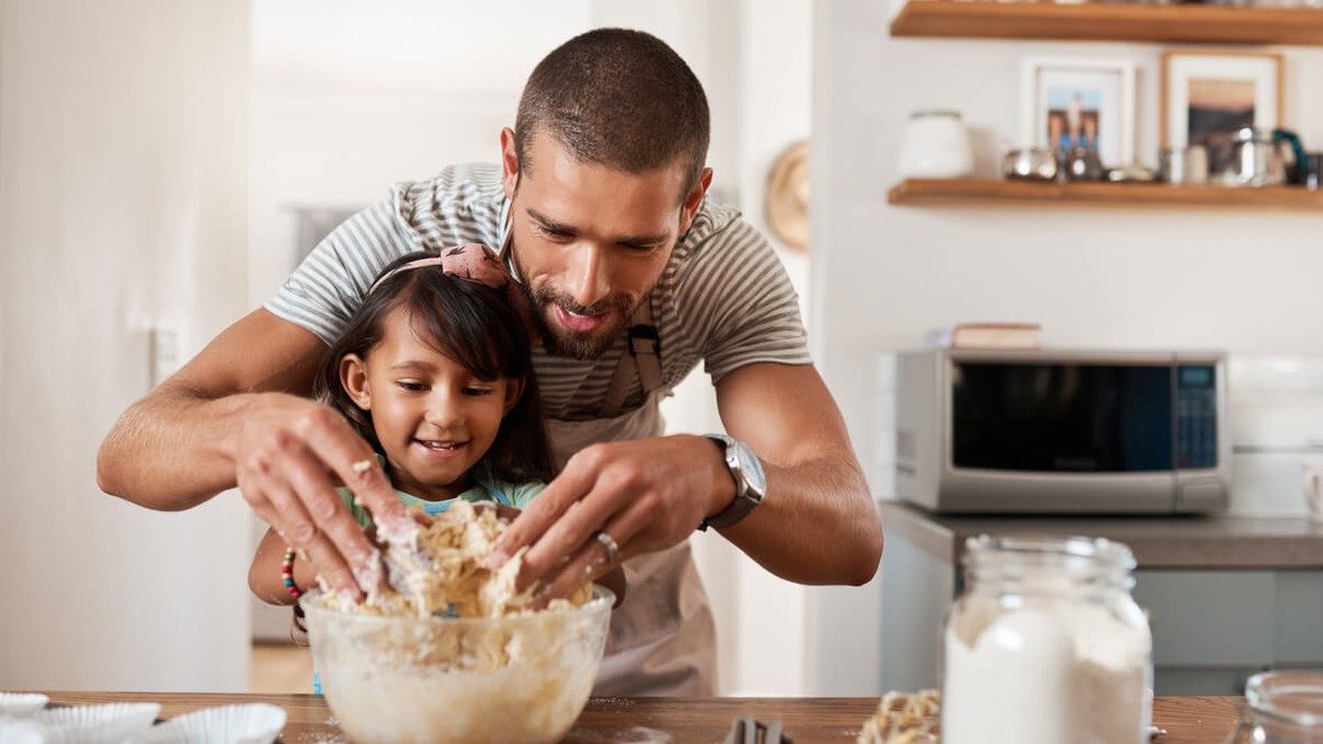 Pai cozinhando com sua filha