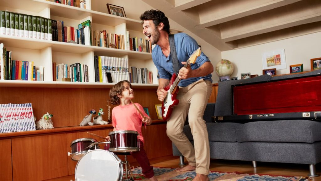 Pai e filho tocando instrumentos juntos