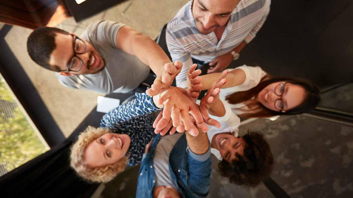 Grupo de amigos dando as mãos