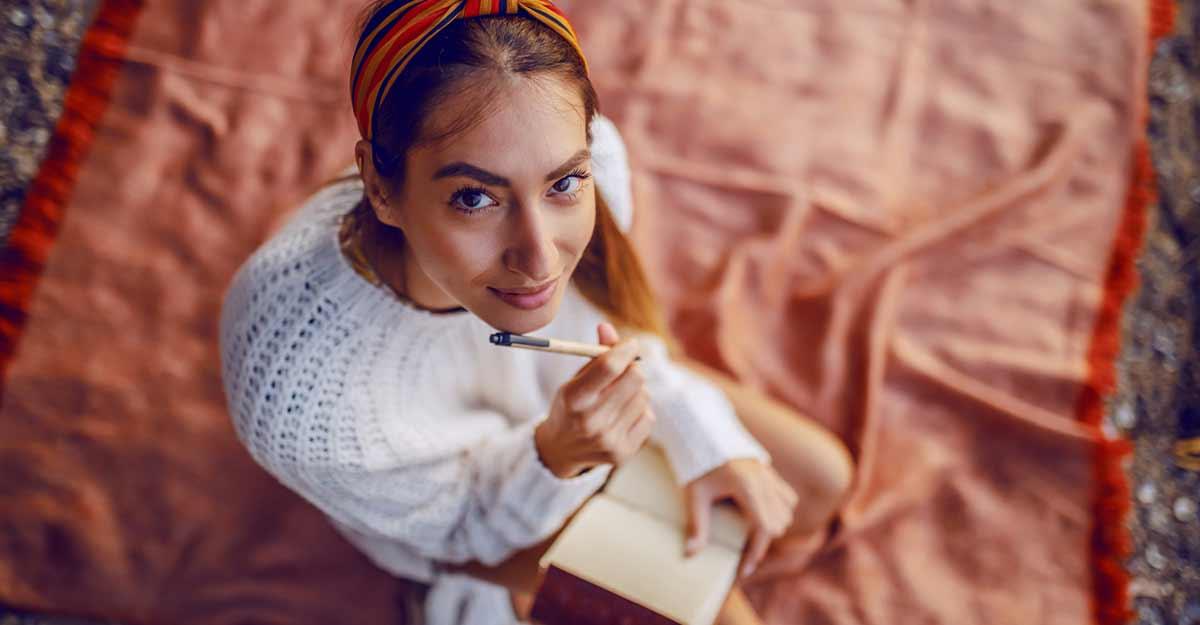garota com a caneca encostada no rosto, com expressão de atenta às dicas