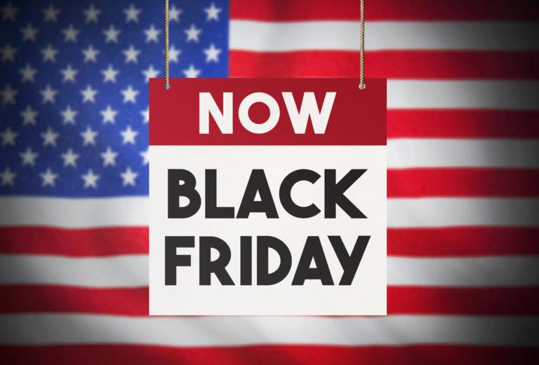 placa da black friday com a bandeira dos Estados Unidos