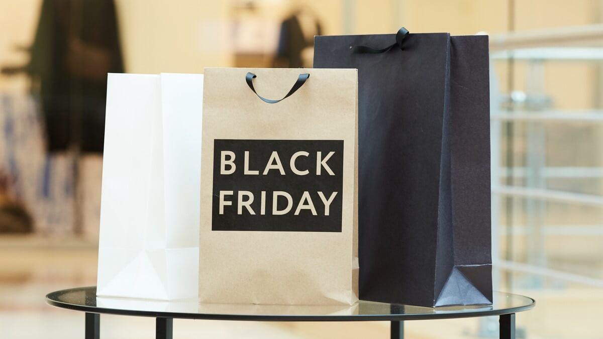TrÊs sacolas em cima de uma mesa, em uma delas está escrito Black Friday