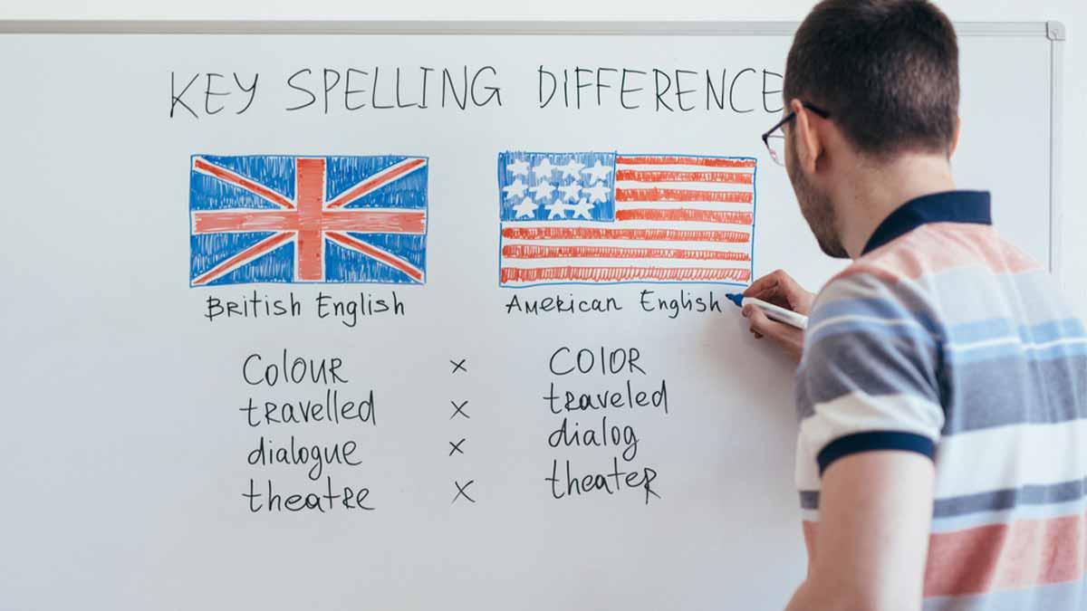 Professor anotado em quadro as diferenças de sotaques em inglês