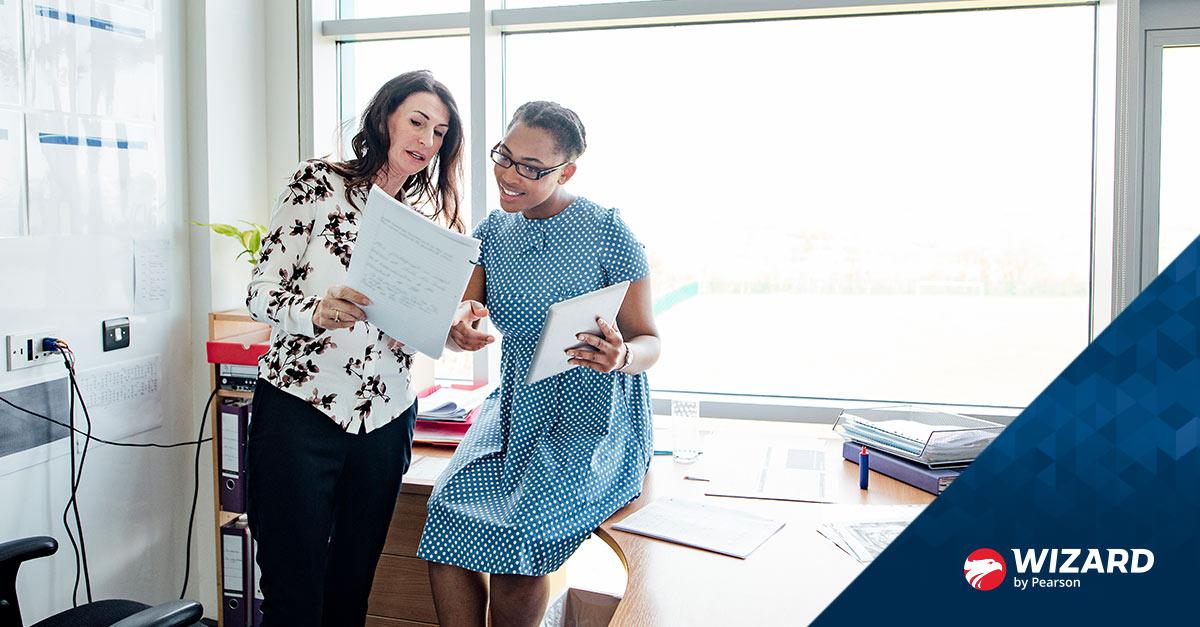 Professora e aluna conversando