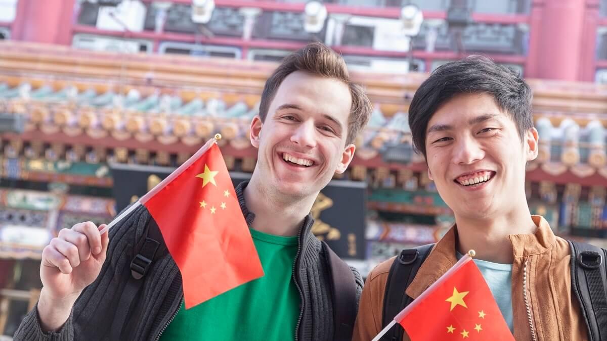 Dois homens na China segurando bandeira chinesa