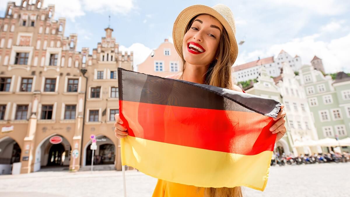 Moça na Alemanha segurando bandeira alemã
