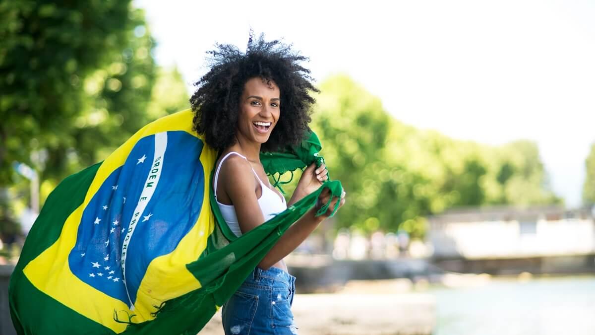 Moça segurando bandeira do Brasil