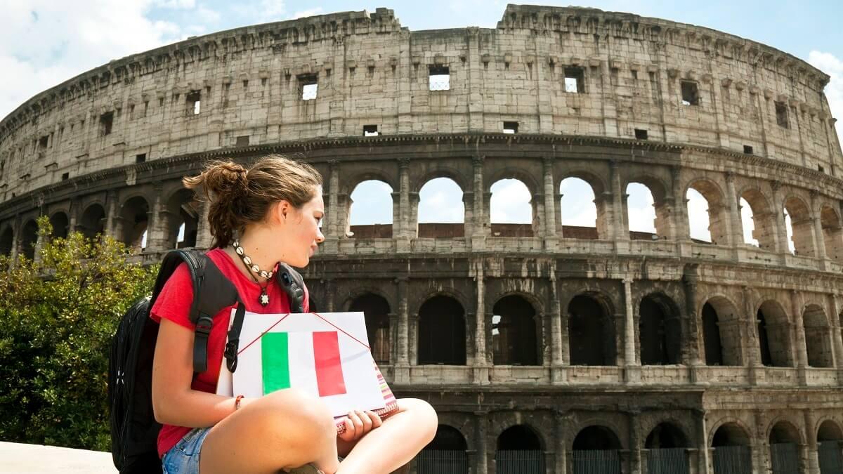 Moça admirando monumento na Itália
