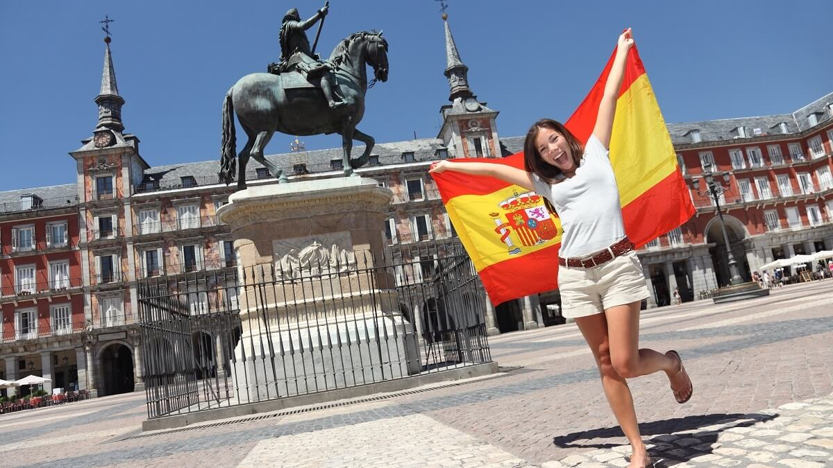 Moça na Espanha segurando a bandeira espanhola
