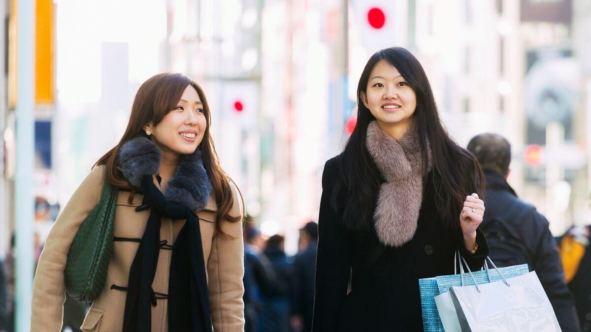 Duas moças com sacolas no Japão
