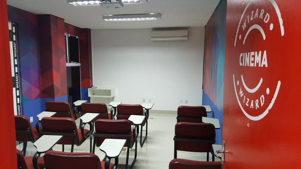 Sala de cinema com carteiras na escola de idiomas Wizard by Pearson