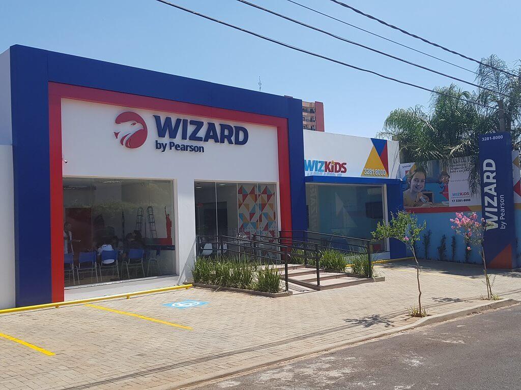 Entrada da escola de idiomas Wizard by Pearson e, ao lado, escola de inglês para crianças Wizkids