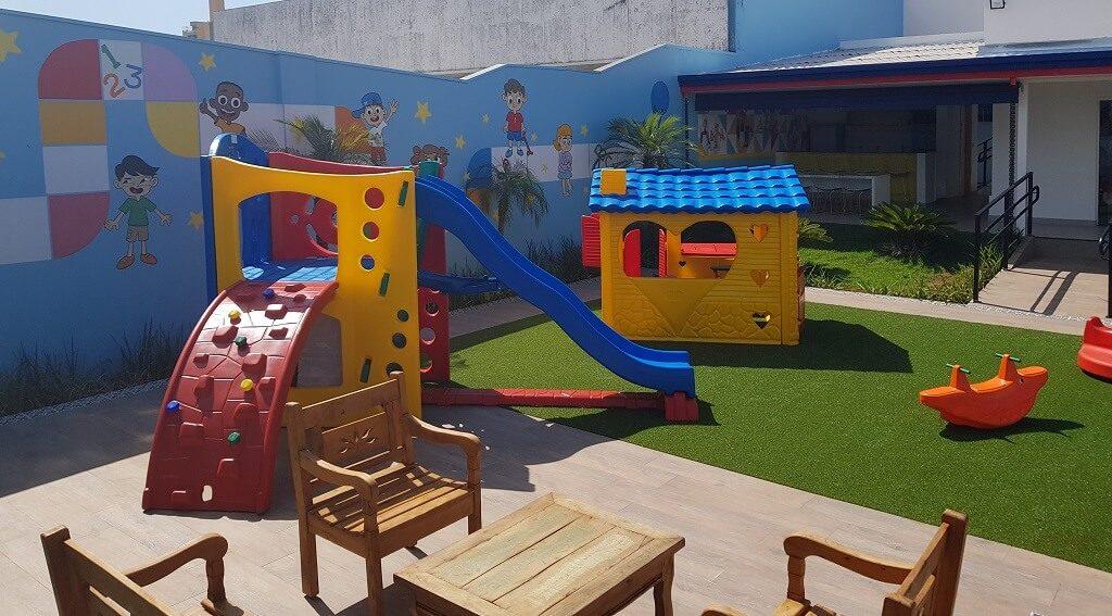 Playground com brinquedos para crianças na escola Wizkids