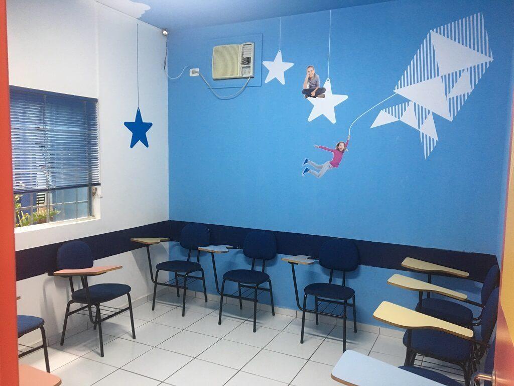 Sala de aula com carteiras para crianças na escola de idiomas Wizard by Pearson