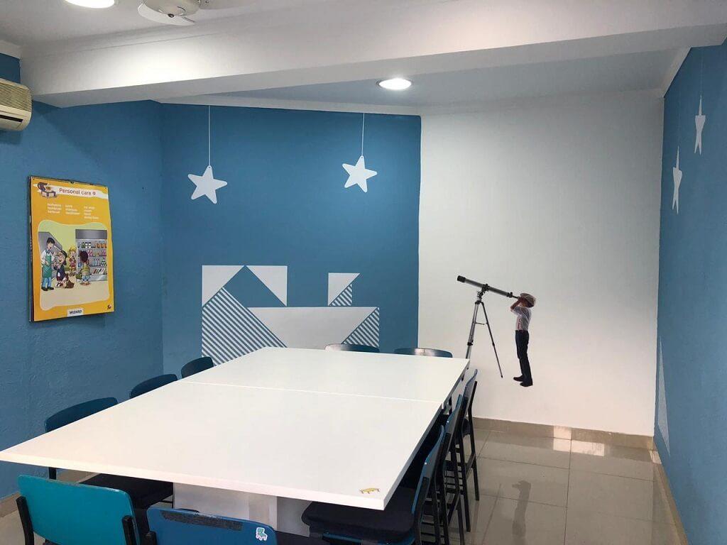 Sala de aula com mesas e cadeiras para crianças na escola de idiomas Wizard by Pearson