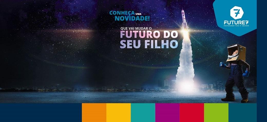 Menino vestido de astronauta olhando um foguete e a frase novidade que vai mudar o futuro do seu filho