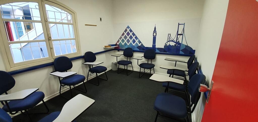 Sala de aula com carteiras e tablets na escola de idiomas Wizard by Pearson