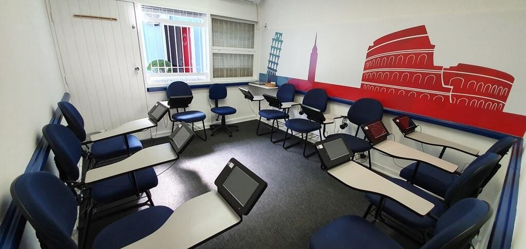 Recepção com mesa e cadeiras na escola de idiomas Wizard by Pearson