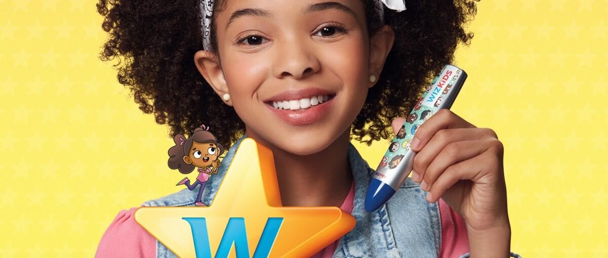 Menina negra segurando caneta Wizard Wizpen