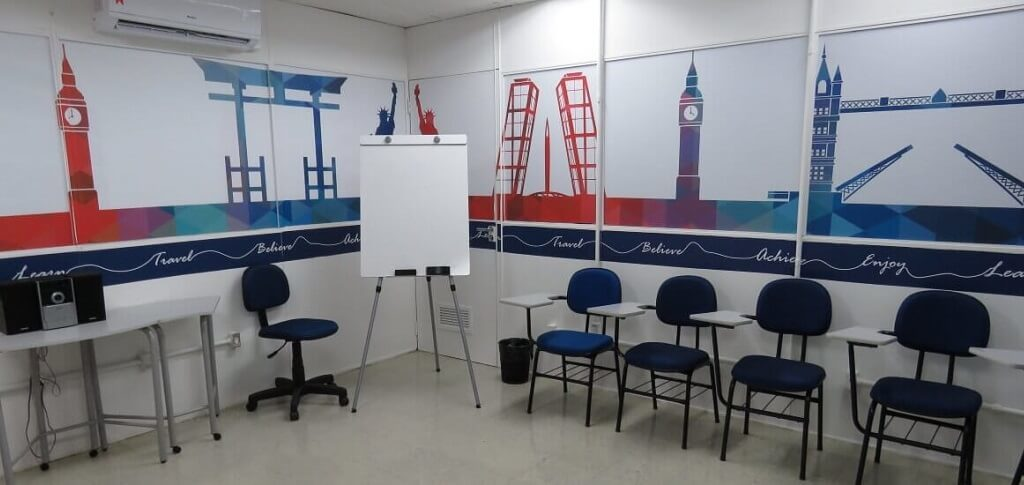 Sala de aula Wizard com flipchart e cadeiras de braço para aulas da modalidade Connections
