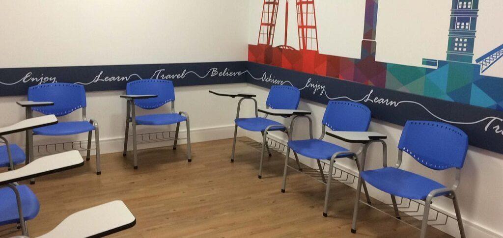 Sala de aula Wizard com cadeiras de braço para aulas da modalidade Connections