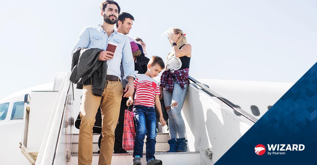 Família com pais e crianças descendo do avião
