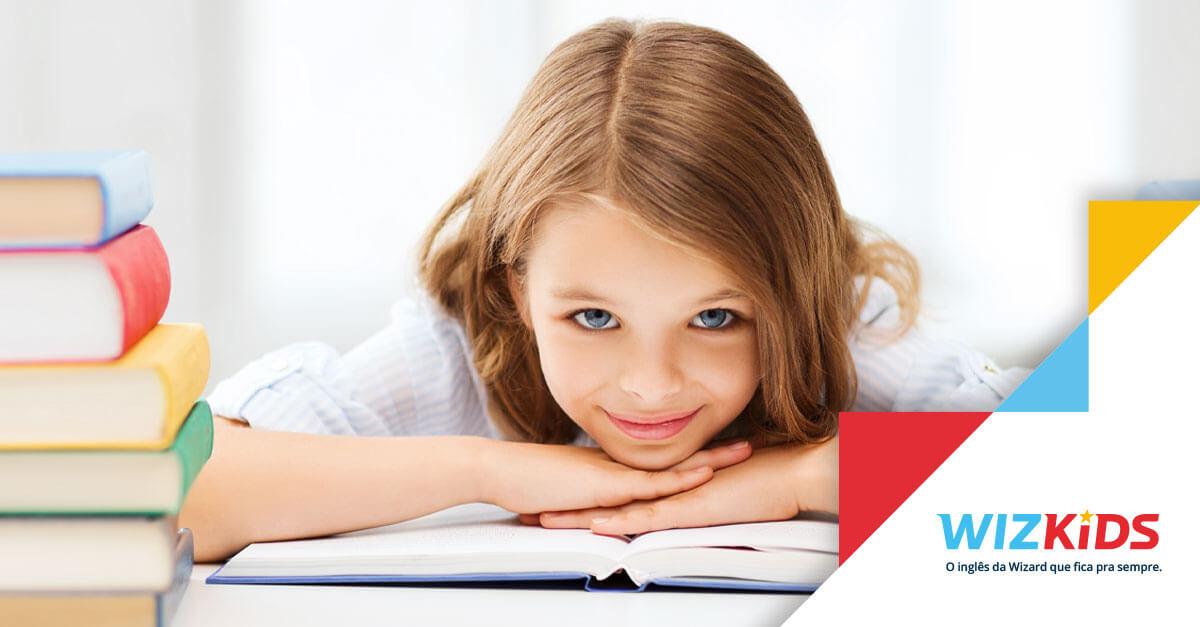Menina de olhos azuis com as mãos sobre um livro de inglês