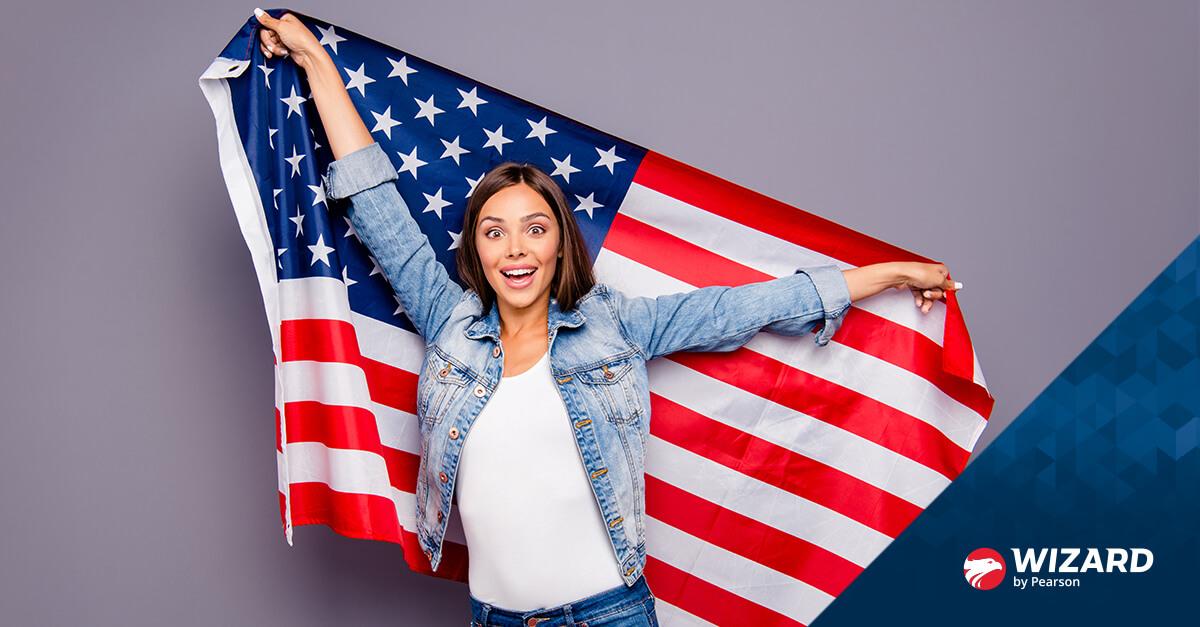 Mulher com jaqueta jeans segurando a bandeira dos Estados Unidos
