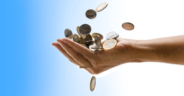 mão de mulher segurando moedas