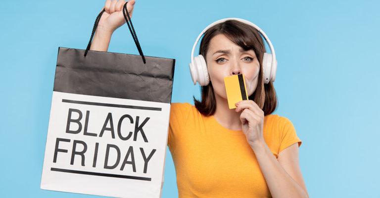 Mulher com fone de ouvido e blusa amarela segurando uma sacola da black friday