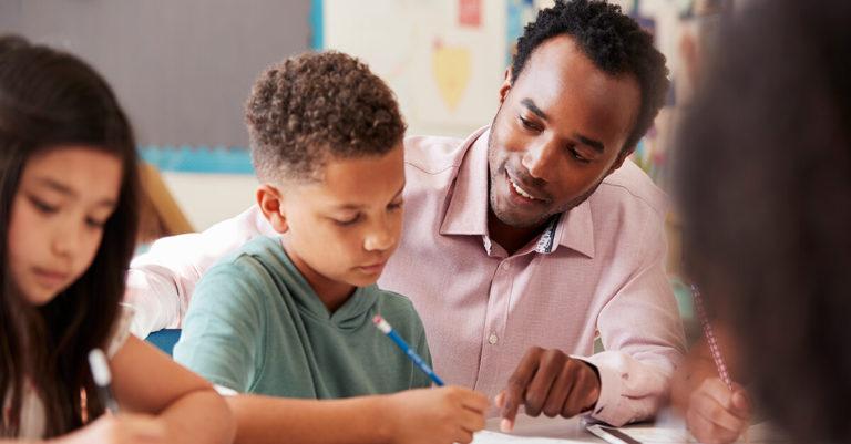 professor ensinando inglês na sala de aula para criança
