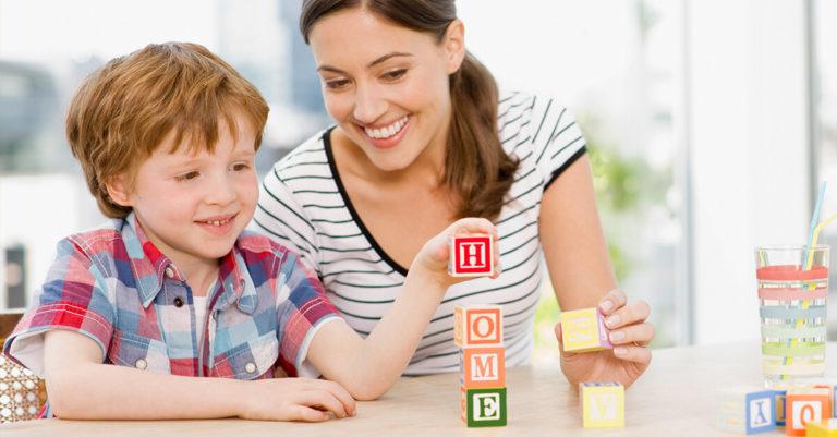 mãe ensinando inglês ao filho usando dados coloridos