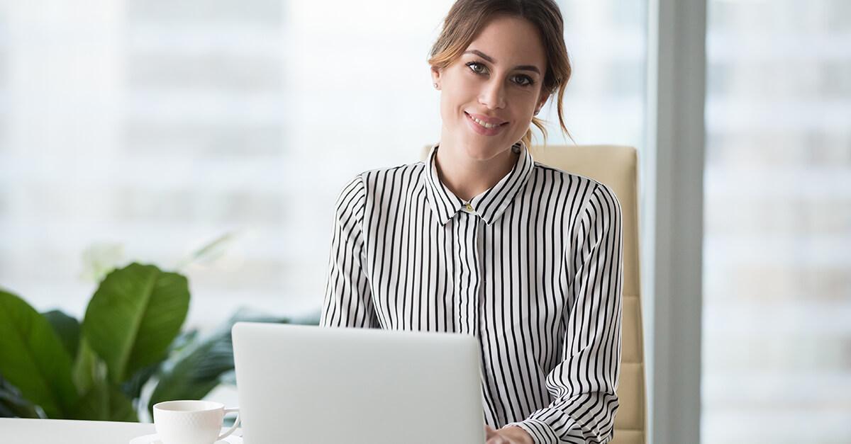 mulher com notebook estudando business english