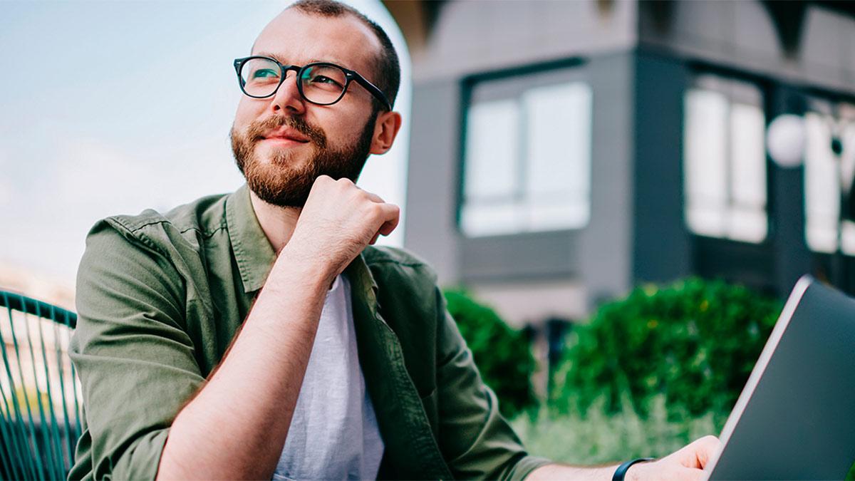 homem de óculos mexendo no computador