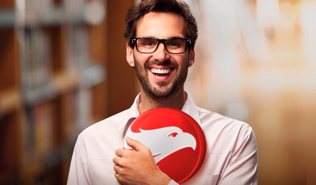 Homem branco de camisa social branca e óculos de grau sorrindo segurando o logo da Wizard.