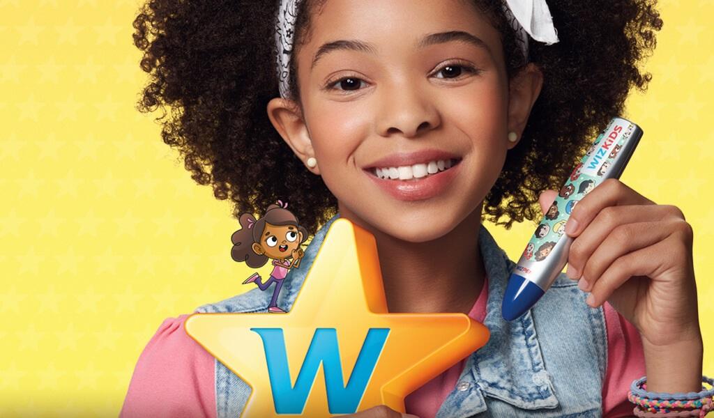 Menina negra segurando logo Wizkids e caneta Wiz.pen