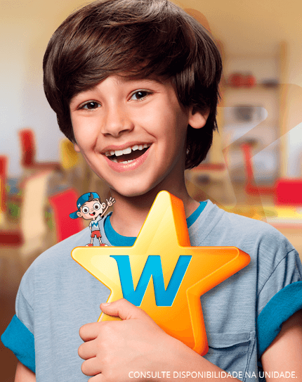 Menino segurando estrela com W e