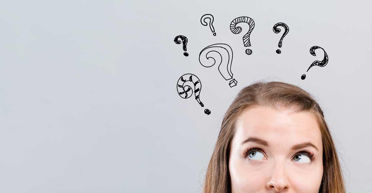 Mulher pensativa com pontos de interrogação acima da cabeça