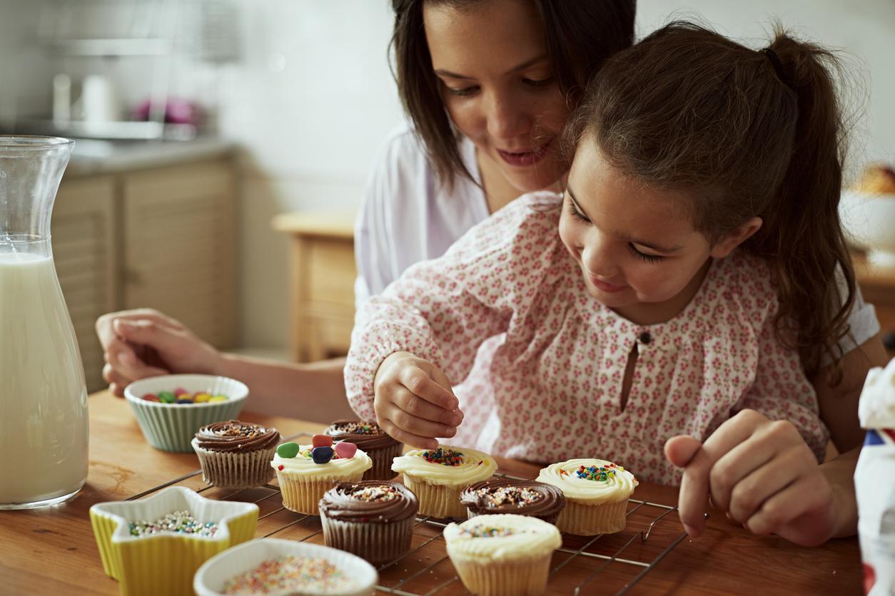 Mãe e filha preparando alguns cupcakes